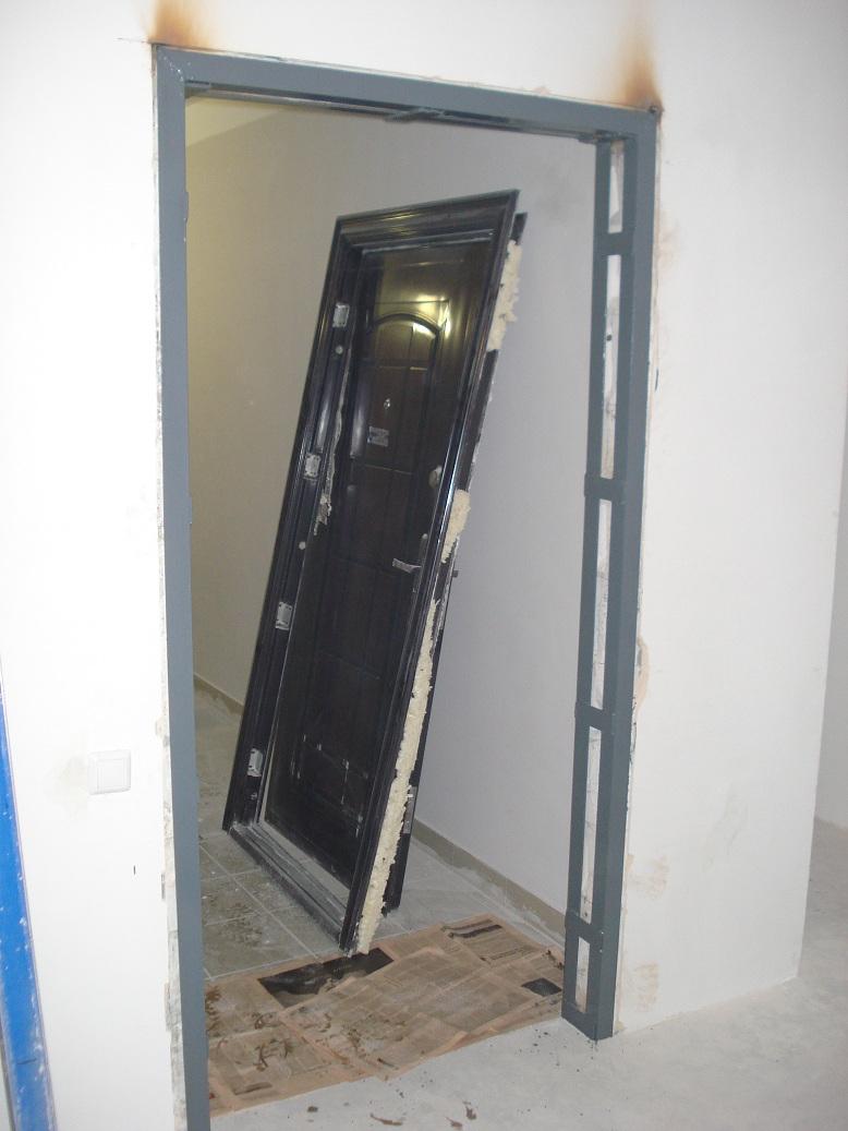 установка металлической двери в кирпичном доме